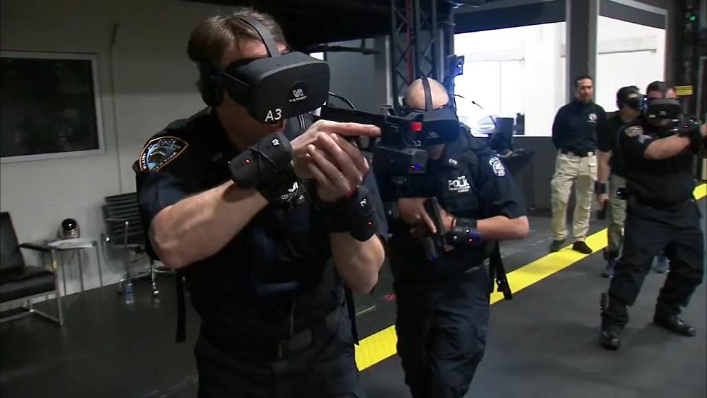 Policiers avec des casques VR