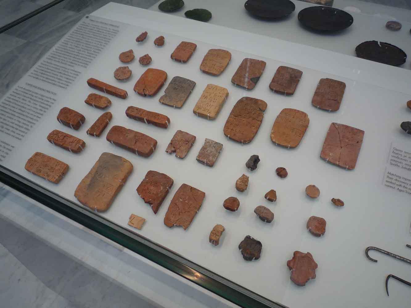 Des tablettes écrites dans une langue qui reste à déchiffrer