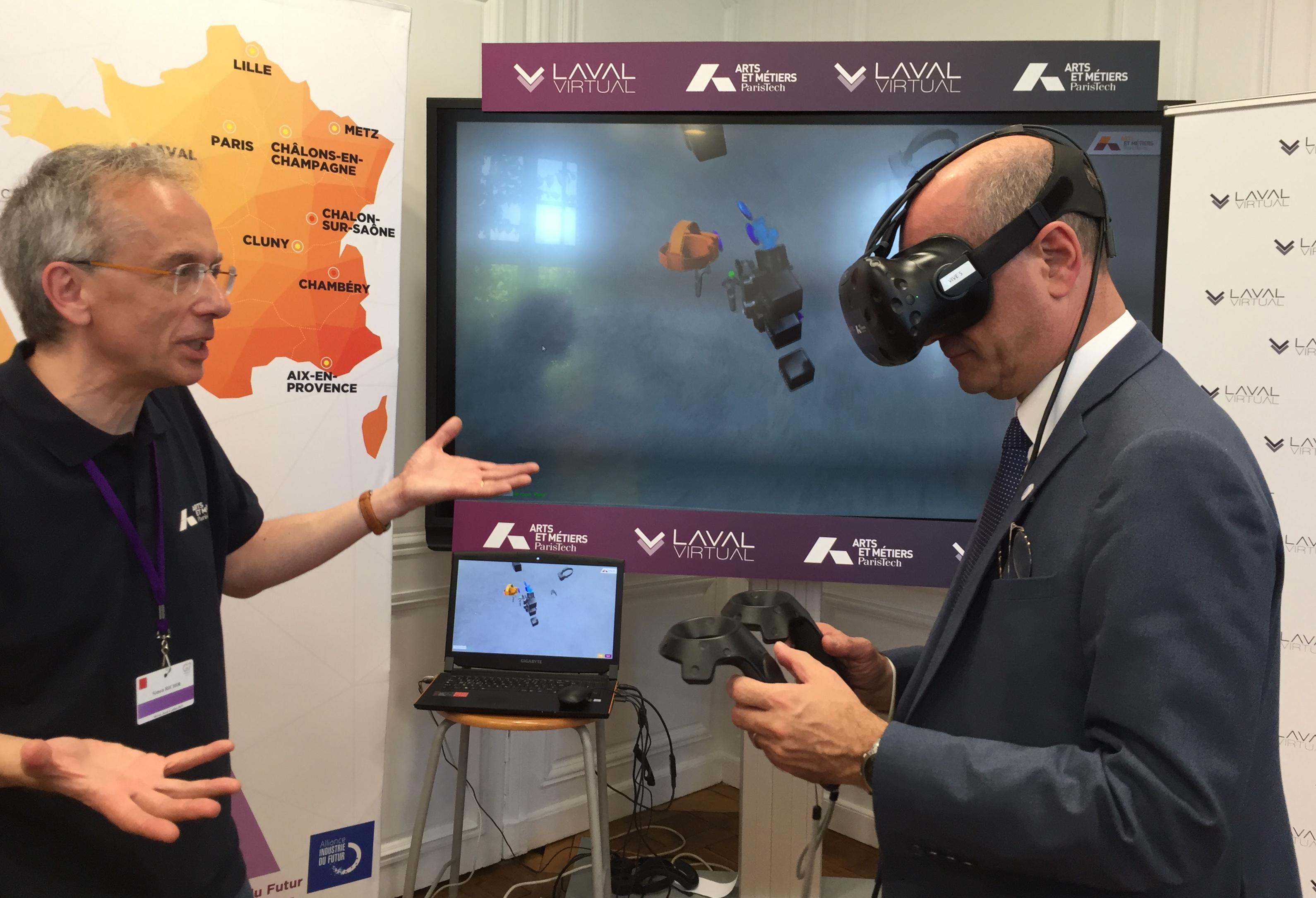 Le ministre de l'éducation Jean-Michel Blanquer teste une application de réalité virtuelle avec les équipes des Arts et Métiers et Laval Virtual au G7