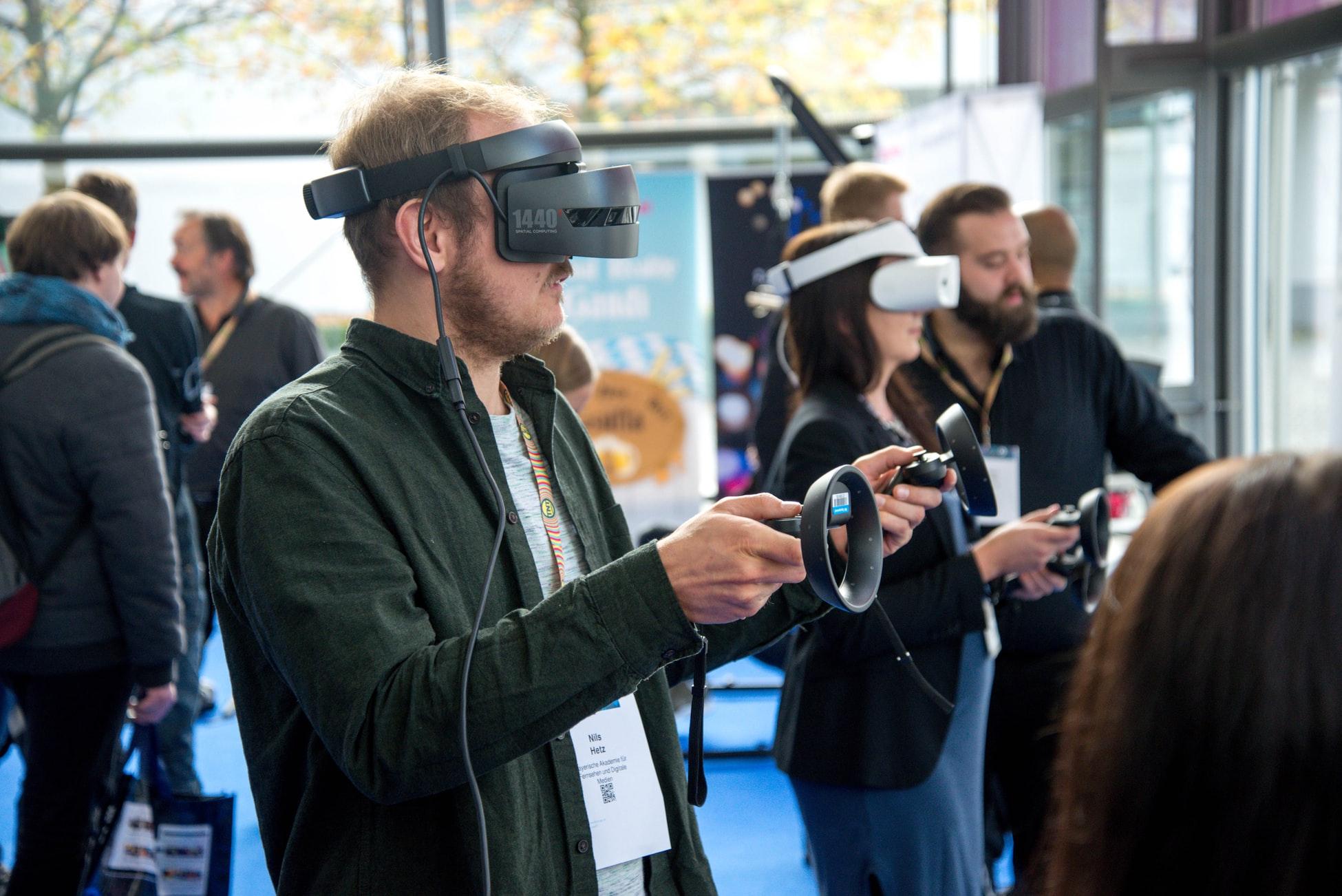 Utilisateur avec un casque de réalité virtuelle lors d'un événement