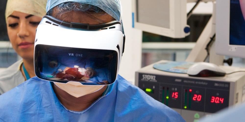 Des médecins radiologistes utilisent la réalité virtuelle