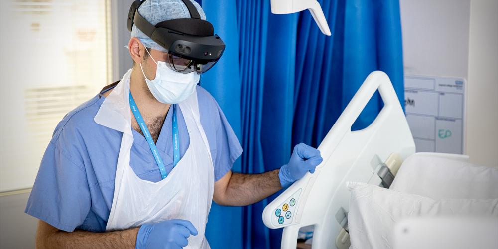 Le casque HoloLens de Microsoft utilisé par les médecins pendant la crise du COVID-19